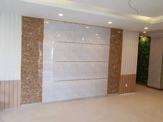 Tấm nhựa PVC vân đá màu trắng + màu nâu ốp phòng khách